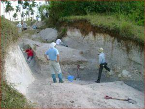Investigadores japoneses tomaron muestras de los sedimentos que dejó el impacto del meteorito en Fomento.