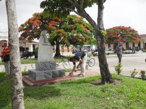 Los trabajadores de Servicios Comunales mantienen el Parque Municipal como un símbolo del municipio.