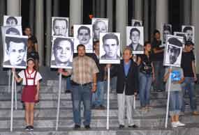 Los jóvenes cubanos protagonizaron una vigilia anoche para rendir homenaje a las víctimas del terrorismo de Estado