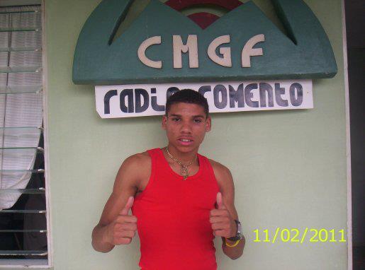 El boxeadro fomentense Yosvany Vietía de visita en radio Fomento