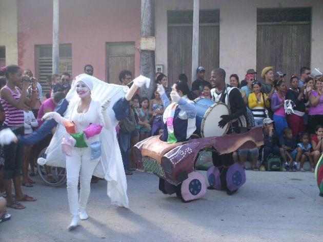 El grupo Histrión de Pinar del Río animó las calles de Fomento durante los días del evento.