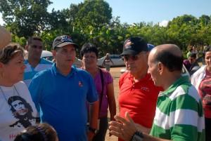 Adel (segundo de derecha a izquierda) intercambió con autoridades locales y con pobladores de las comunidades serranas.