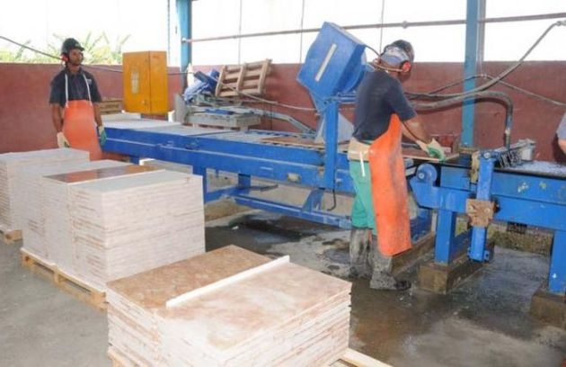 Los mármoles del centro son procesados cerca del propio yacimiento de Fomento. /por Vicente Brito