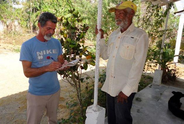 Francisco, a la izquierda, intercambia con uno de sus electores. (Foto: Arelys García/ Escambray)